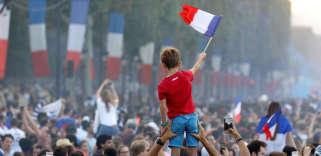 Sur les Champs-Elysées, à Paris, le 15 juillet.