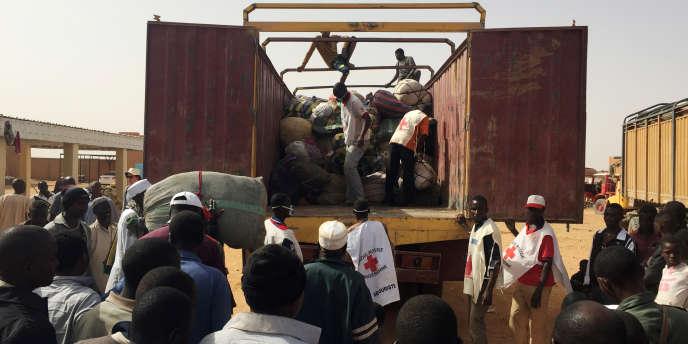 Des migrants nigériens expulsés d'Algérie réunis au centre de transit de l'OIM d'Agadez, en mai 2016.