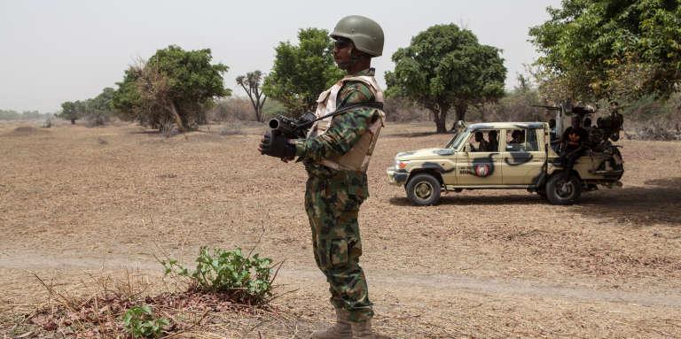 Des soldats nigérians montent la garde près des la rivière Yobe, qui sépare le Nigeria du Niger, en avril 2017.
