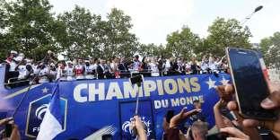 Passage de l'équipe de France de football sur les Champs-Elysées, à Paris, le 16 juillet.