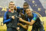 Juste après leur victoire, dimanche 15 juillet, l'équipe de France a partagé l'ambiance survoltée du vestiaire sur les réseaux sociaux.