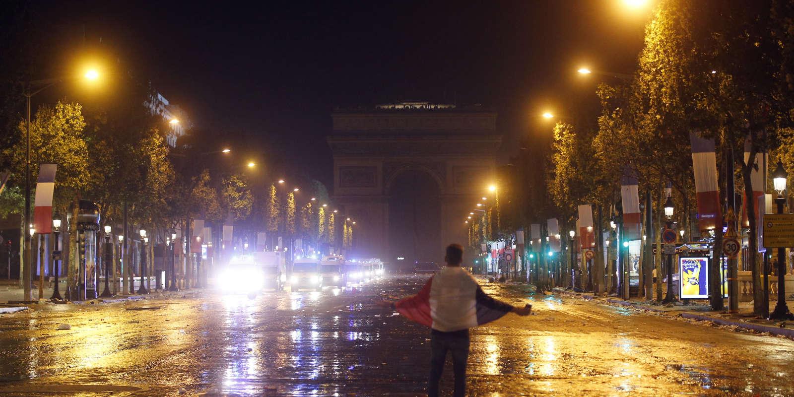 Un supporteur sur les Champs Elysées évacués par les forces de l'ordre.