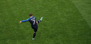 En finale, dimanche 15 juillet, à Moscou, Antoine Griezmann tire un coup franc à la 18e minute. Dévié par le Croate Mandzukic, ce coup de pied arrêté permet à la France d'ouvrir le score.