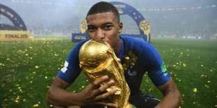 Kylian Mbappé embrasse le trophée de la Coupe du monde, à Moscou le 15 juillet.