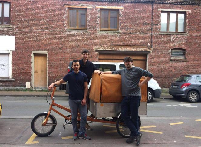 Au centre, Paul Célérier, à l'initiative de la création de Campus Market, sur le vélo-chariot qui sert au déménagement des meubles.
