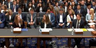 Les représentants de Facebook (Monika Bickert), de YouTube (Juniper Downs) et de Twitter (Nick Pickles) devant le comité judiciaire du Parlement américain.