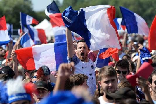 Dans la fan-zone de Tours, dimanche 15 juillet, lors de la finale France-Croatie.