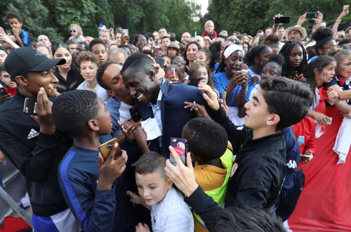 Le défenseur de l'équipe de France Benjamin Mendy dans les jardins de l'Elysée, à Paris, le 16 juillet.