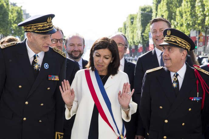 Anne Hidalgo avec le préfet de Paris, Michel Cadot (à gauche) et le préfet de police de Paris, Michel Delpuech (à droite), en mai.