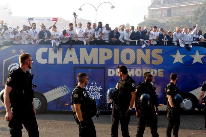 Les Bleus paradent sur les Champs-Elysées sous haute surveillance, à Paris, le 16 juillet.
