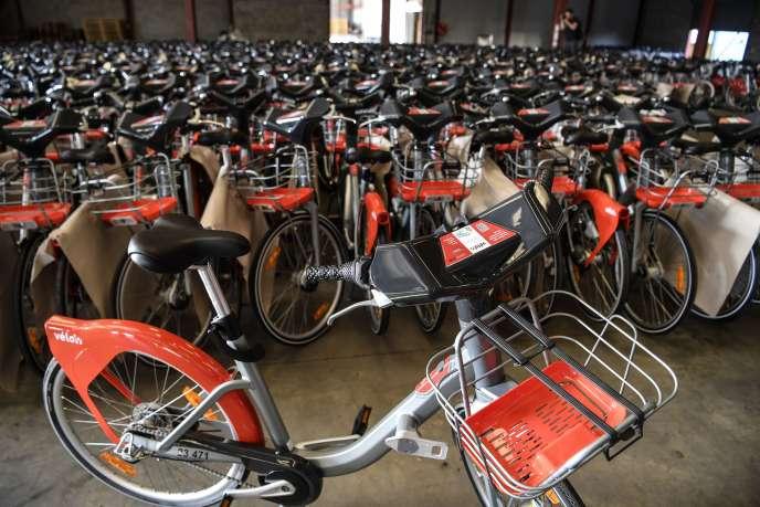 Dans un entrepôt de Villeurbanne, les nouveaux Vélo'v patientent avant leur déploiement à Lyon, le 17 juillet.