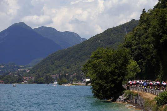 Les coureurs du Tour de France longent le lac d'Annecy (Haute-Savoie), le 17 juillet.