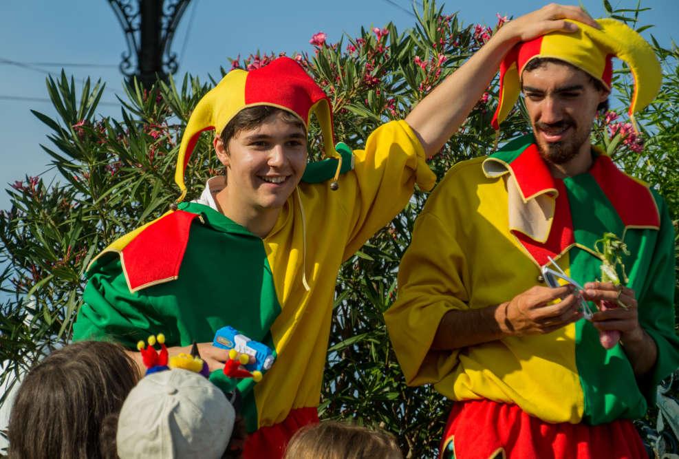 Mascottes du festival, les hommes-jeu proposent des défis aux festivaliers dans les rues de Parthenay.
