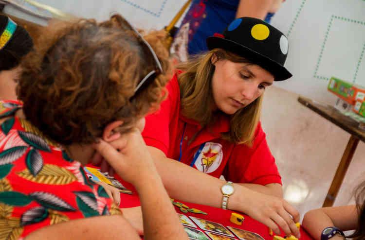 Romane Portier est animatrice pour le FLIP depuis quatre ans. Désormais enseignante dans le Pas-de-Calais, elle est revenue dans les Deux-Sèvres pour les douze jours du festival, sur son temps de vacances. Cette année, elle a appris les règles de quarante jeux qu'elle doit ensuite faire découvrir aux« visi-joueurs».