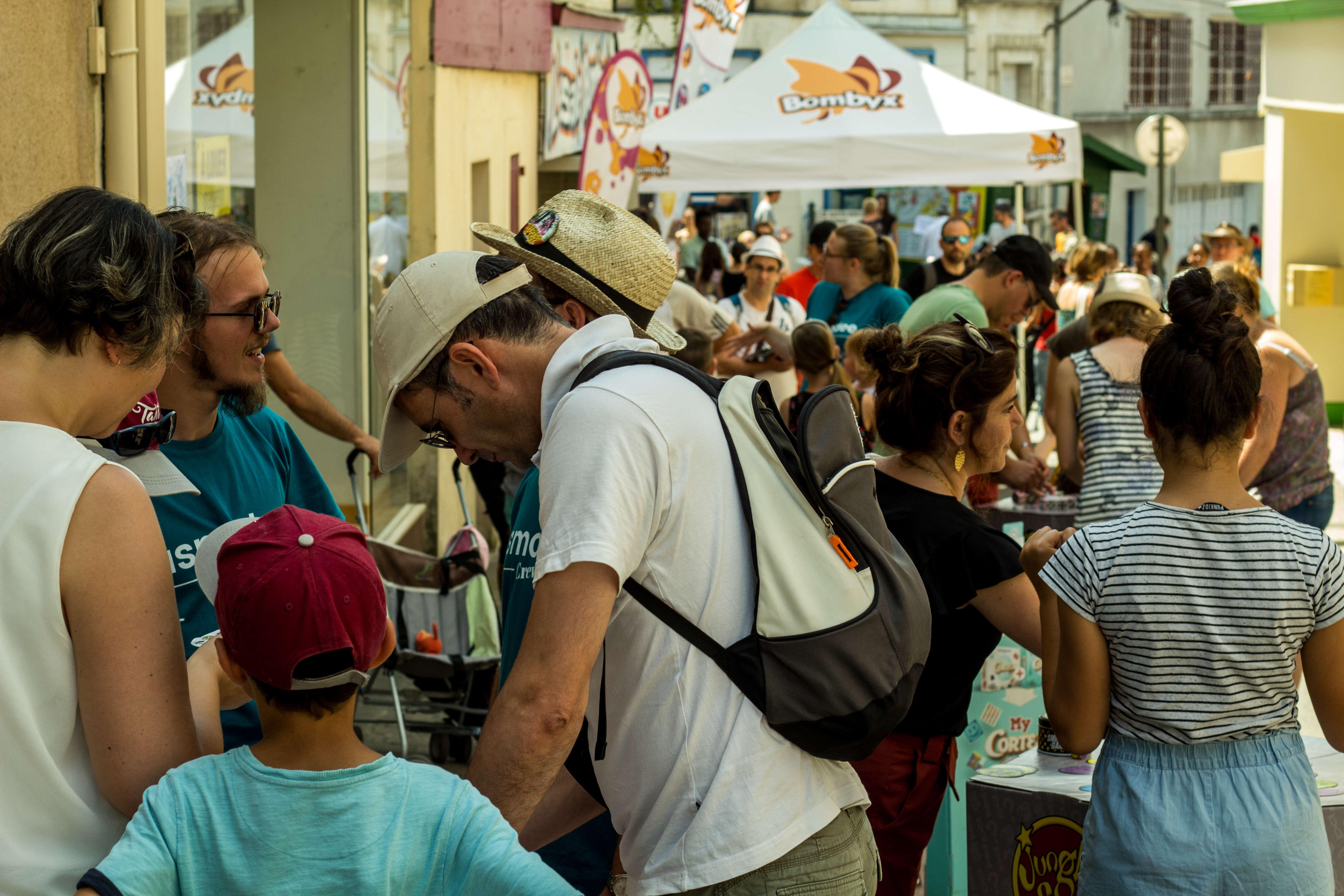 Les organisateurs ont estimé que pendant le festival, environ 380 000 personnes passaient par la ville. Celle-ci compte un peu plus de 10 000 habitants en temps normal.