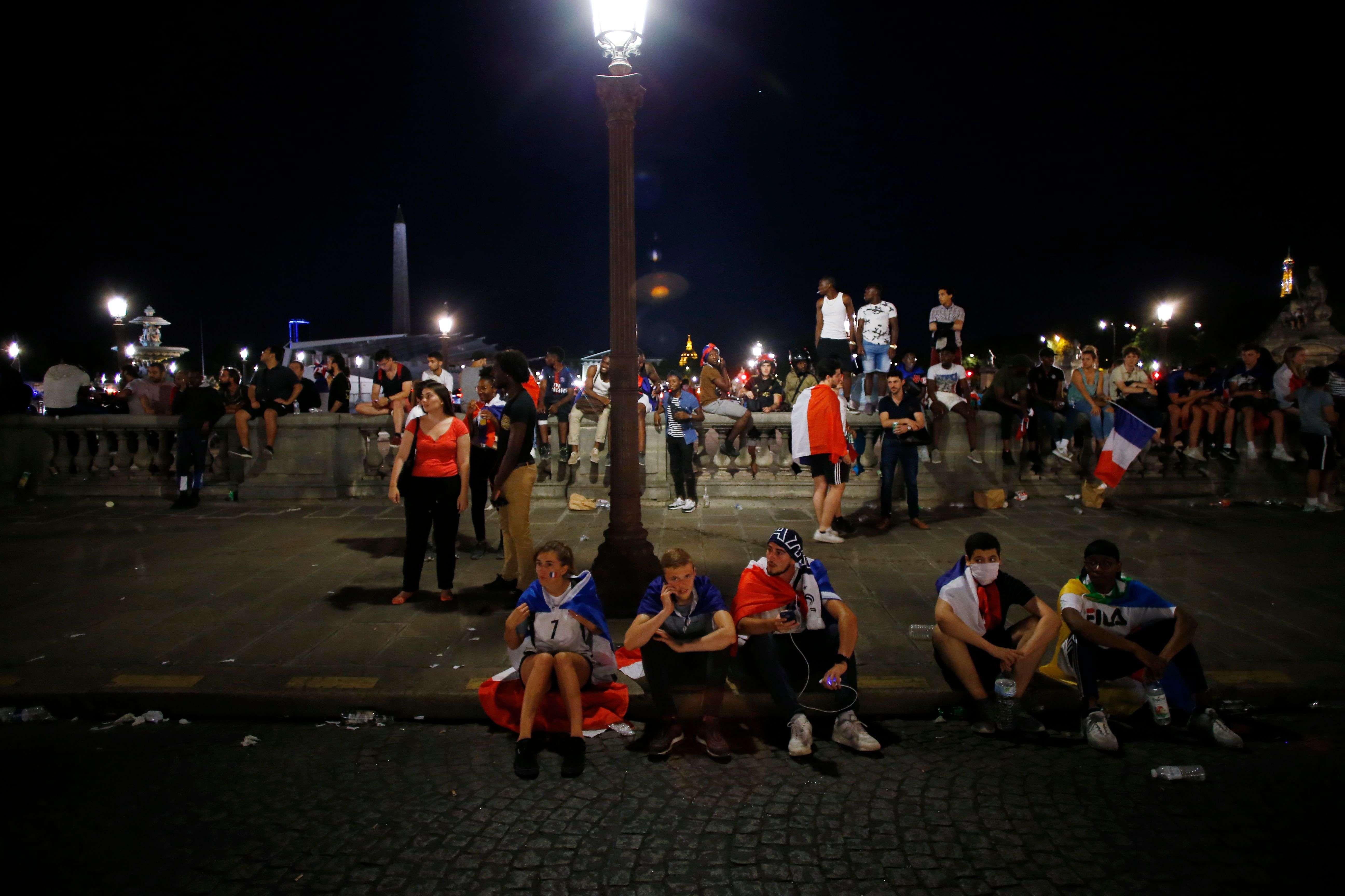 Malheureusement, c'est en vain que les supporteurs ont attendu le passage des Bleus par la place de la Concorde, sortis par une porte dérobée de l'Elysée, les fans ne les auront pas même aperçus.