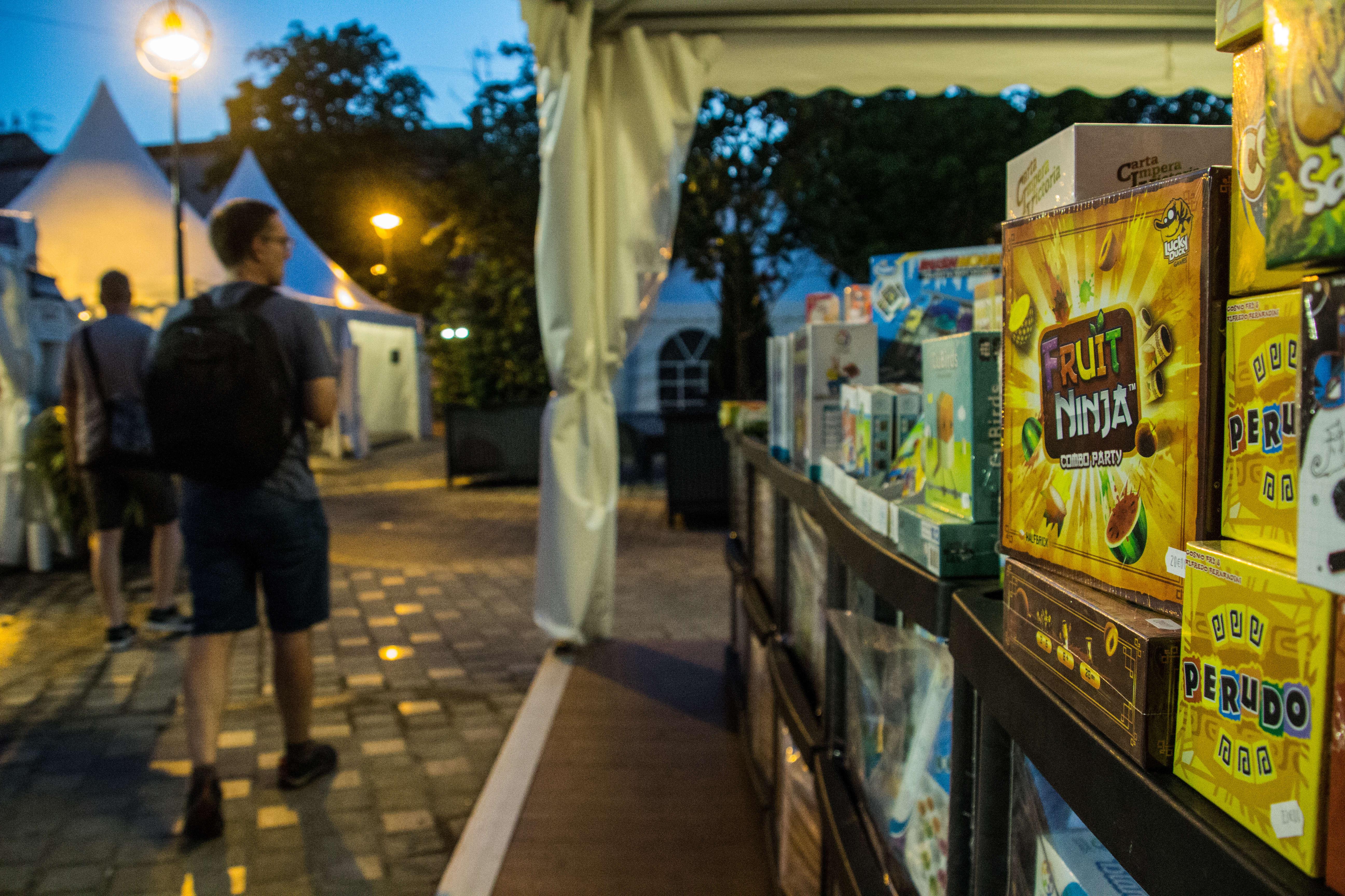 Quand la nuit tombe sur Parthenay, les festivaliers peuvent profiter d'événements et de tournois supplémentaires. Trois nocturnes sont également organisées pendant le festival.