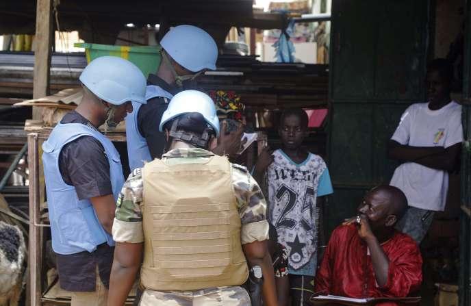 Des membres de la Mission de l'ONU pour la stabilisation au Mali (Minusma), à Konna, le 5 juillet.