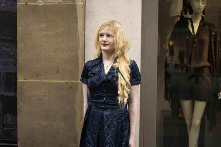 «Lorsque j'ai aperçu cette jeune fille marcher dans la rue avec ses amis, j'ai tout de suite pensé aux photographies de Lewis Carroll. Je lui ai demandé de poser, seule mais sous l'œil attentif de son petit ami.»