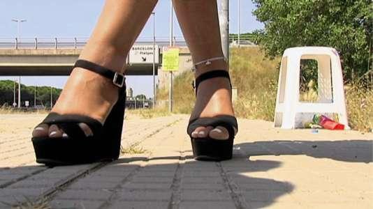 Désormais, les clients des prostituées de la route C-31 recevront leur amende à domicile. Des panneaux jaunes les en informent.