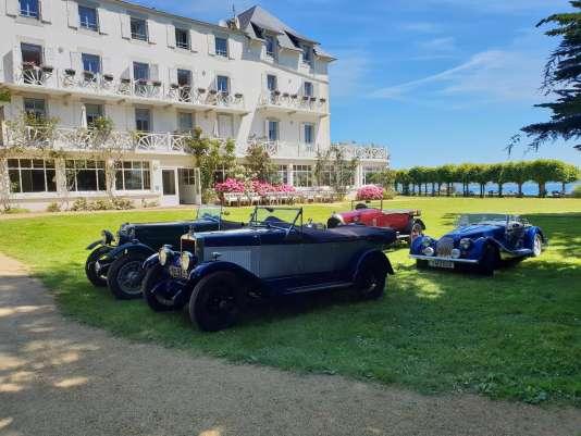 Le Grand Hôtel des Bains, à Locquirec, offre une vue sur la mer très propice au repos.