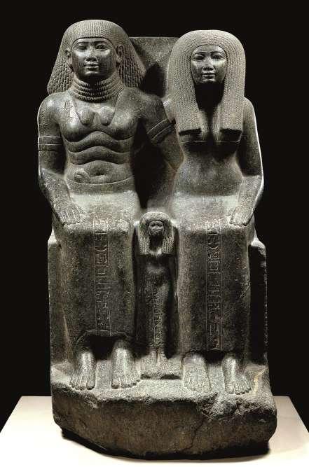 «Sennefer était le favori du roi Amenophis III et porte autour de son cou deux cœurs en or et en argent. Sur les murs de sa tombe, il raconte que le roi lui a remis en récompense ces bijoux tant il était satisfait de ses actions. Sa statue comporte également des bracelets, marques de distinction.»