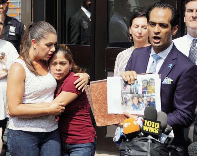 Jose Xavier Orochena s'exprime devant les médias, à New York, le 3 juillet. A sa gauche, Yeni Gonzalez, une migrante séparée de ses enfants.