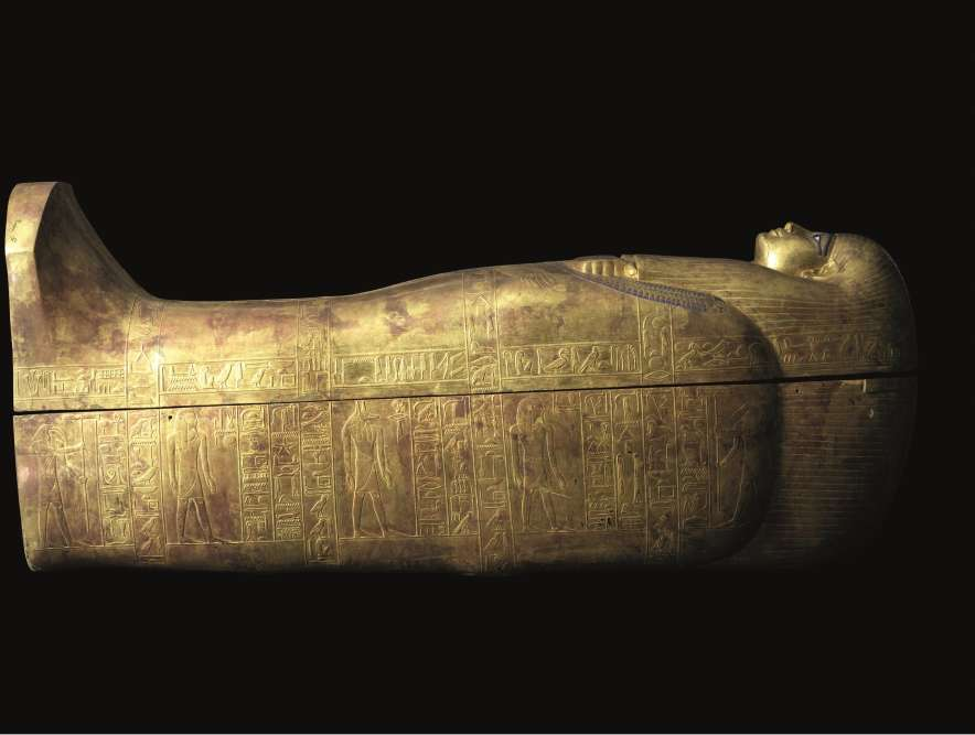 «Vers 1902, les archéologues découvrent la tombe des beaux parents d'Aménophis III, Youya et Touya, qui est dans l'ensemble pratiquement intacte. Mais cette tombe avait été visitée puisque les sarcophages ont été ouverts et les bijoux ont disparu. Les momies avaient été sorties et leurs bandages enlevés pour pouvoir récupérer l'orfèvrerie.»