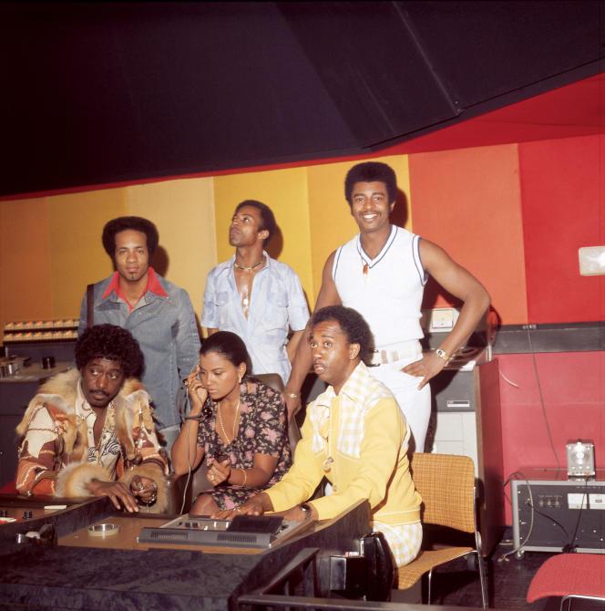 The Temptations et leur productrice Suzanne de Passe aux studios Motown, en 1975.