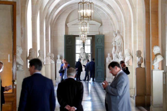 Des membres du Parlement dans la galerie des bustes à Versailles, le 9 juillet.