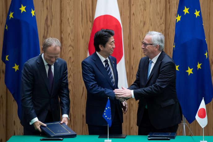 Donald Tusk (à gauche), Shinzo Abe (au centre) et Jean-Claude Juncker (à droite), lors d'un sommetà Tokyo (Japon), le 17 juillet.