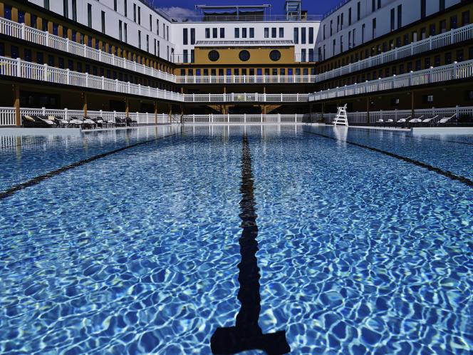 L'eau de la piscine extérieur du Molitor est chauffée toute l'année.