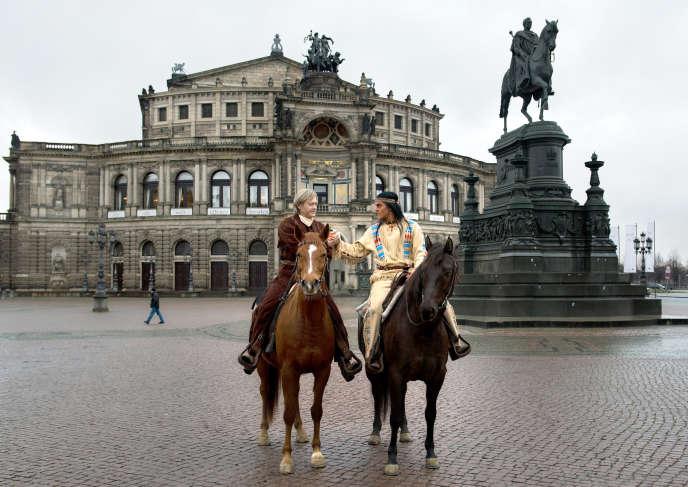 Old Shatterhand et Winnetou, personnages principaux de la série « Winnetou », devant le Semperoper, à Dresde (Allemagne), en 2015.