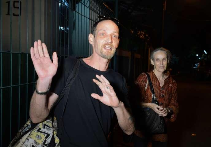 Michaël Blanc à Jakarta en 2014 lors de sa sortie de prison, accompagné par sa mère, Hélène Le Touzey.