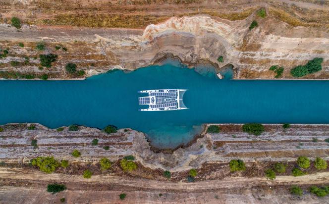 Energy Observer dans le Canal de Corinthe.