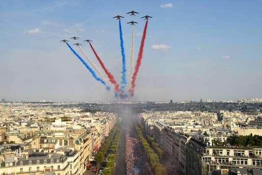 La patrouille de France survole les Champs-Elysées à l'occasion du retour des Bleus dans la capitale, le 16 juillet.
