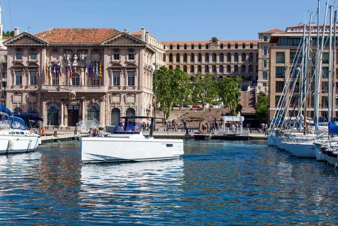 Départ du quaid'honneur, au pied de l'InterContinental Marseille – Hôtel-Dieu, pour une croisière privée.