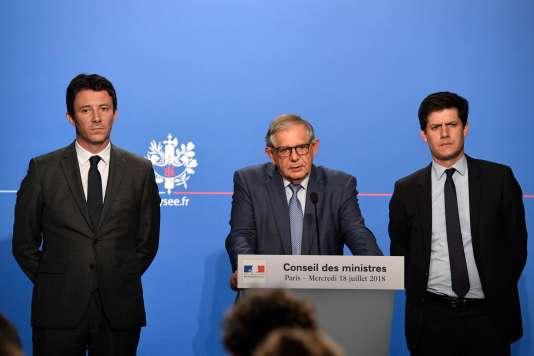 Le ministre de la cohésion des territoires, Jacques Mezard (au centre), accompagné du porte-parole Benjamin Griveaux (à gauche) et de son secrétaire d'Etat, Julien Denormandie.