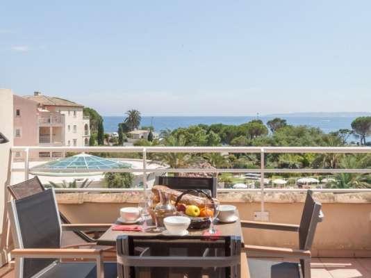 Vue sur le golfe de Saint-Tropez depuis la terrasse d'un appartement de la résidence premium Les Calanques des Issambres.
