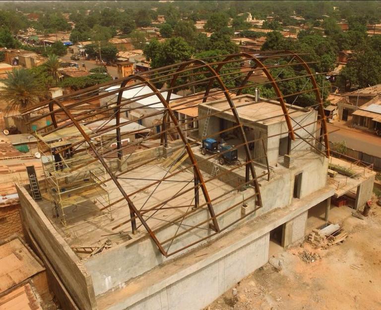 Le futur Ciné Guimbi en construction dans le quartier populaire de Koko à Bobo-Dioulasso en 2018.