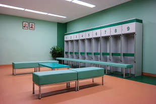 «Le stade du 1er-Mai, à Rungnado, fut construit en 1989 pour le Festival mondial de la jeunesse et des étudiants, sorte de version communiste des Jeux olympiques. Quand je l'ai visité, le bâtiment avait récemment fait l'objet d'une énorme rénovation, avec l'installation d'un nouveau terrain de football et d'une piste de course. Cette photo montre lesnouveauxvestiaires, dans une palette de couleurs complémentaires caractéristique de la Corée du Nord, avec un sol vinyle couleur saumon contrastant avec le bleu canard des bancs et des murs.»