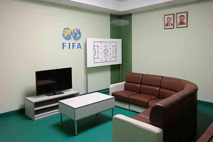 """«Quand Kim Jong-un visita le stade, en 2013, il déclara:""""C'est la volonté du Parti de remodeler le stade du 1er-Mai avec succès en uneicône des installations sportives du pays et en un stade digne d'une nation hautement civilisée.""""Le bâtiment comporte désormais le logo de la FIFA et les anneaux des Jeux olympiques. On ignore si la FIFA a été impliquée dans la remise à neuf, mais près du stade se situe aujourd'hui une toute nouvelle école de football construite avec 800000dollarsdu programme de développement de la FIFA, avant la mise en place des sanctions.»"""