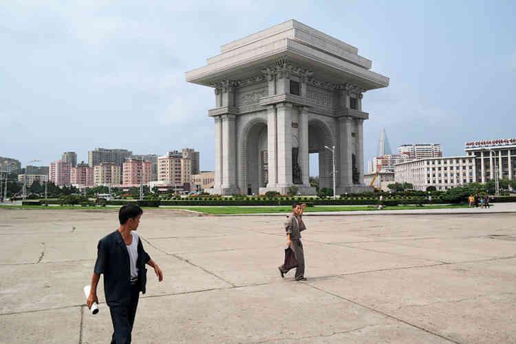 «L'arc de triomphe de Pyongyang a été construit sur le modèle de l'arc de triomphe de la place de l'Etoile à Paris, mais surmonté d'une énorme pile de toits sur trois étages, il est plus haut de dix mètres que son homonyme français. Il est constitué de 25550blocs de granit blanc, correspondant au nombre de jours dans la vie de KimII-sung à la date de son 70eanniversaire, en 1982, où le monument a été dévoilé au public. Il a été construit sur le site où KimII-sung est entré dans Pyongyang en 1945 sous les acclamations des Coréens, marquant la fin de l'occupation japonaise et le début du socialisme.»