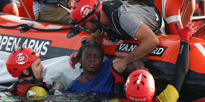 Une femme sauvée par des membres de l'ONG espagnole Proactiva Open Arms, à 85 milles des côtes libyennes, le 17 juillet 2018.