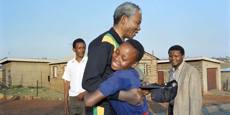 Nelson Mandela le 4 octobre 1990, dans le bidonville de Soweto, près de Johannesburg.