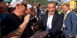 L'ancien président Nicolas Sarkozy serre des mains lors de l'étape Annecy-Le Grand-Bornand du Tour de France, le 17 juillet.
