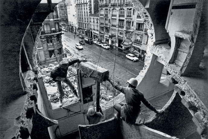 Gordon Matta-Clark et Gerry Hovagimyan travaillant à « Conical Intersect », rue Beaubourg à Paris, en 1975.