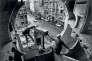 Gordon Matta-Clark et Gerry Hovagimyan travaillant à «Conical Intersect», rue Beaubourg à Paris, en 1975.