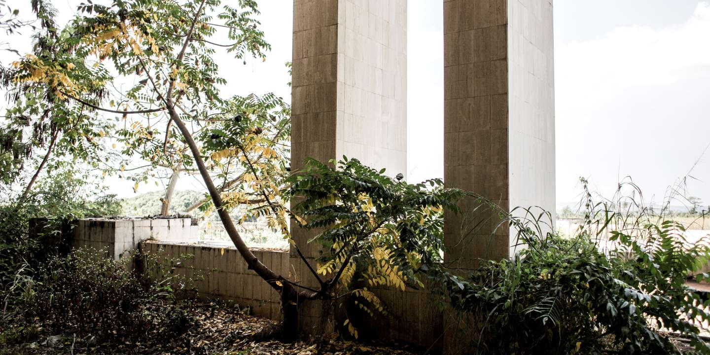 An alley invaded by vegetation is pictured in the derelict Motel Nzekele of former president of the Democratic Republic of the Congo (former Zaire), Mobutu Sese Seko, on December 2, 2017 in Gbadolite.  Once a five star hotel, the palace is now used to house soldiers and families of the Armed Forces of the Democratic Republic of the Congo (FARDC). / AFP PHOTO / JOHN WESSELS