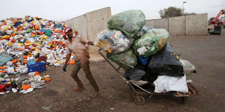 Un éboueur marocain déverse des déchets en plastique au centre de recyclage d'Oum Azza, près de Rabat, en novembre 2016.